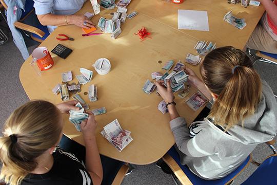 Lydia Lindroth och Meja Stjärnlöf går i åttan på Fröviskolan och var med och räknade pengarna för Världens Barn. Fotograf: Hans Andersson