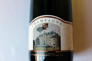 Det här är riktig champagne och får kallas så eftersom det kommer från just franska Champagne. Etiketten - den är specialdesignad för Örebro-jubileet. Foto: Hans Andersson