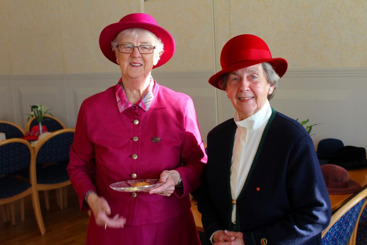 Ulla-Britt Strandberg och Marianne Ohlsson poserar i sina hattar. Foto: Ida Lindkvist