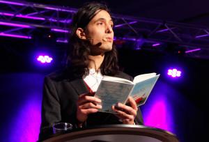 I måndags vann han Förläggarföreningens Augustpris. Två dagar senare läste Jonas Hassen Khemiri för besökarna på Bokens Dag. Foto: Lotta Persdotter