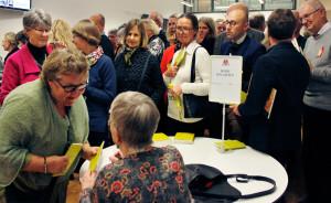 """Bodil Malmsten signerar boken """"Det här är hjärtat"""" åt Bodil Grek. Foto: Lotta Persdotter"""