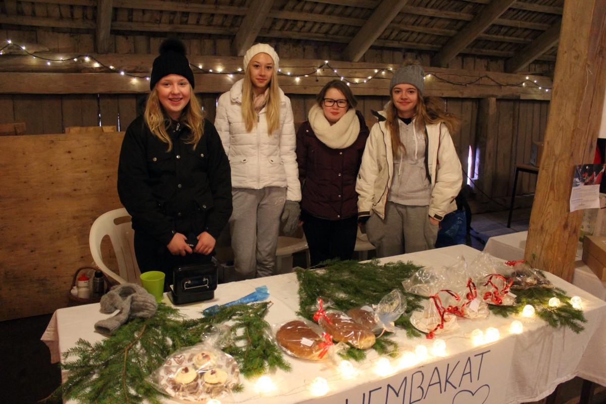 Jennifer Liljedahl, Emelie Lindgren, Johanna Ahlström och Emma Nordmark har stått i och bakat. Foto: Ida Lindkvist