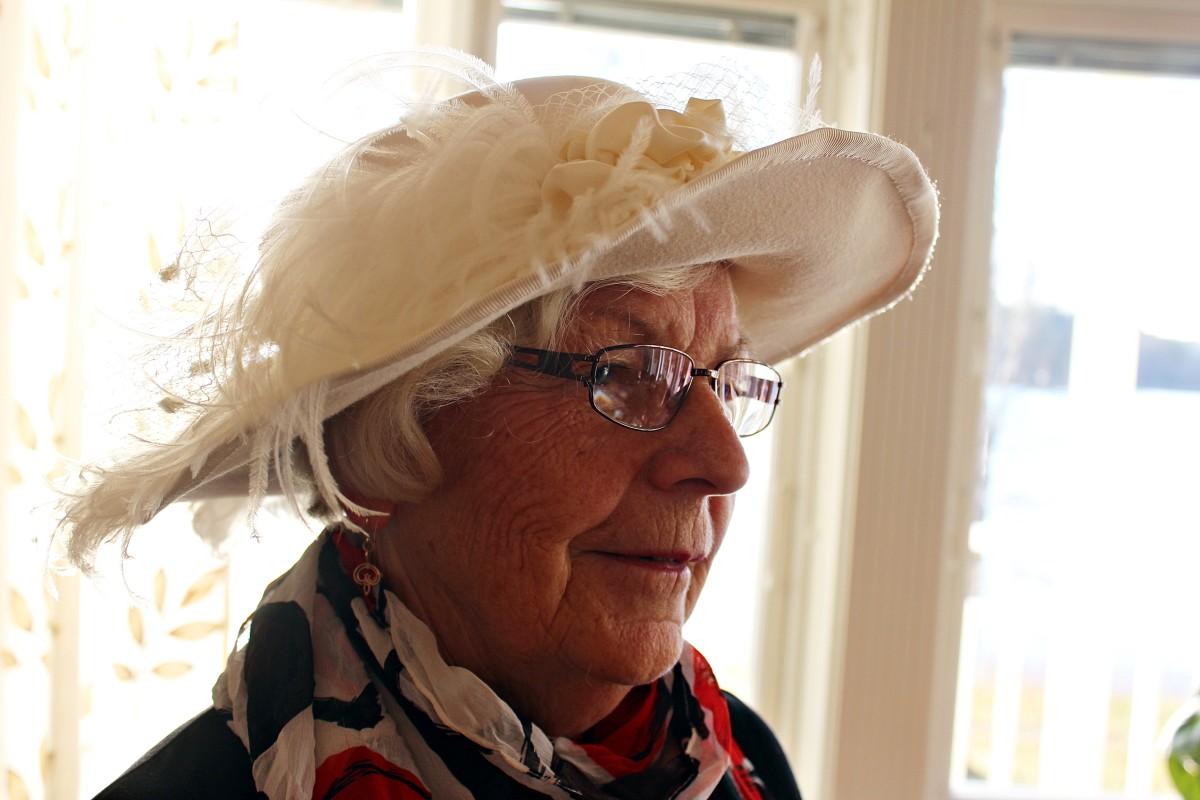 Ing-Marie Larsson i sin egengjorda hatt. Foto: Ida Lindkvist