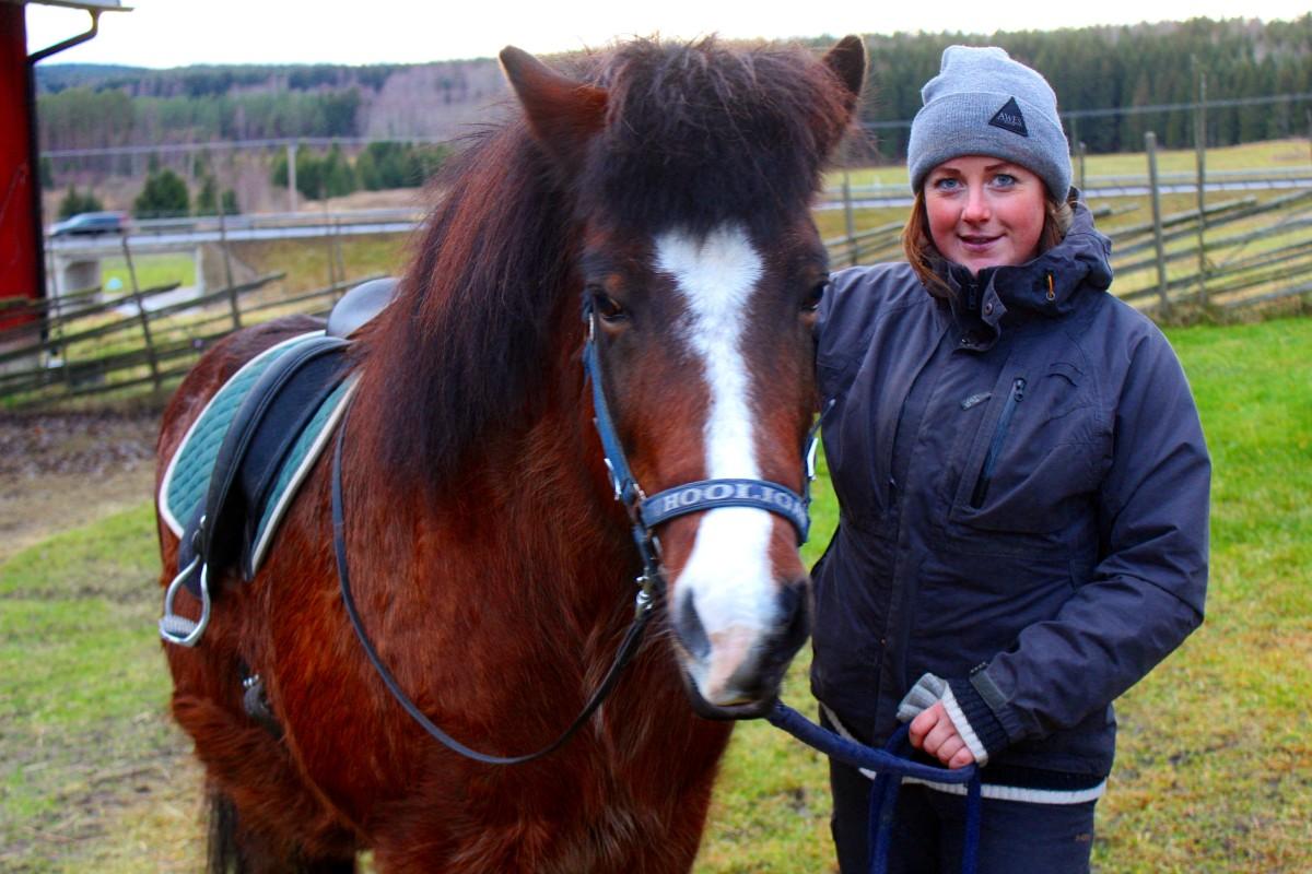 Josefine Hjerpe med hästen Blesa. Foto: Ida Lindkvist