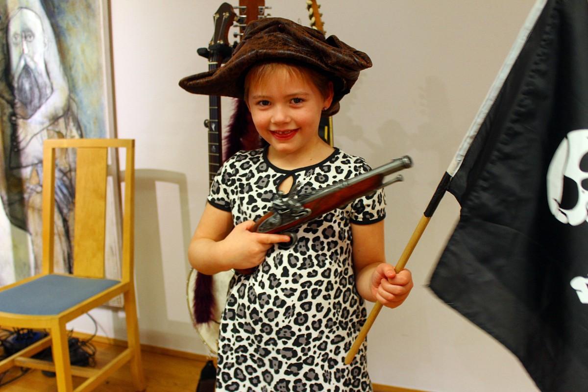 Linnea Tegel, 5 år, provar på livet som pirat. Foto: Ida Lindkvist