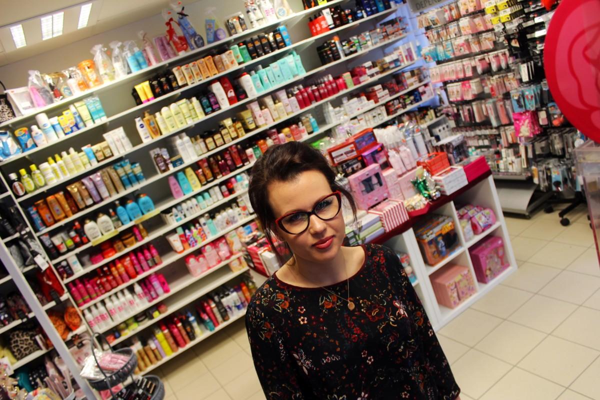 Erika Larsson i sin butik, Lizas Parfym. Foto: Ida Lindkvist