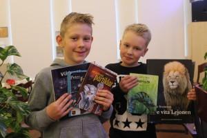 Två grabbar som verkligen gillar böcker. Foto: Ida Lindkvist