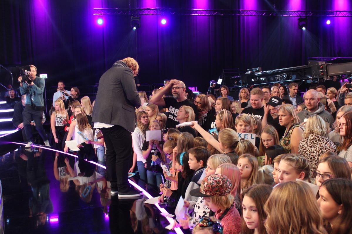 När de andra idolerna fokuserar på intervjuer efter programmet, ja, då vandrar Almgren omkring och skriver autografer till fansen. Foto: Ida Lindkvist