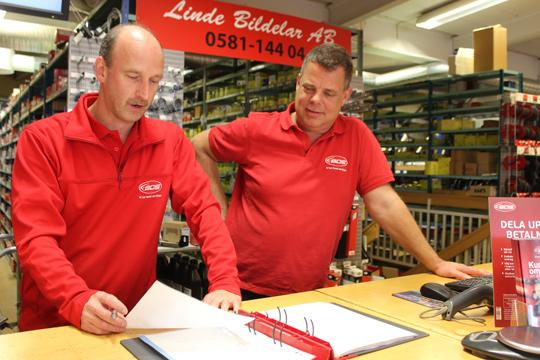 Mikael Enström och Kenneth Holgersson är säljare och delägare för Linde Bildelar/BDS. Foto: Hans Andersson