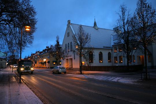 Halkbekämpning i centrala Lindesberg, här med lastbil som grusar Kristinavägen ordentligt. Foto: Fredrik Norman