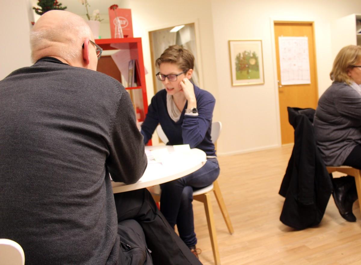 Linda Svahn (S) diskuterar med sina bordskamrater. Foto: Ida Lindkvist