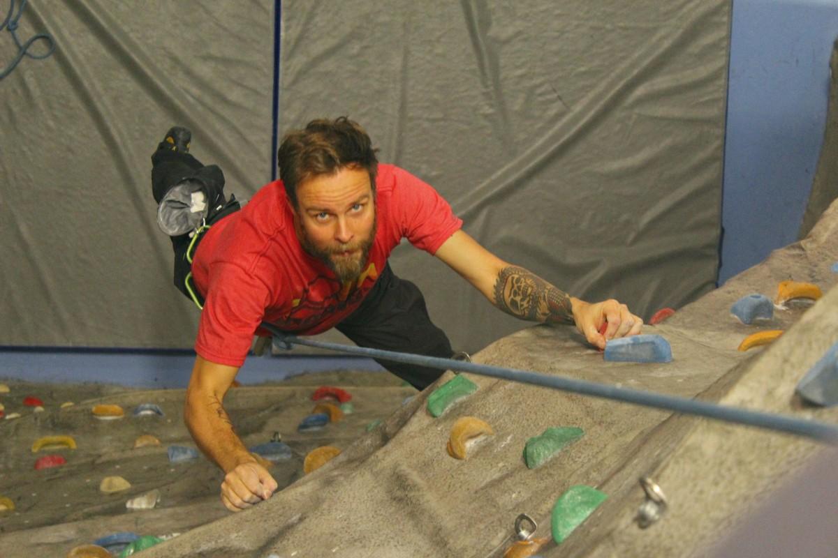 Joakim Tadell klättrar fokuserat. Foto: Tuvalie Melin