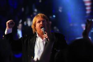 Martin Almgren framför vinnarlåten i Globen. Foto: Ida Lindkvist
