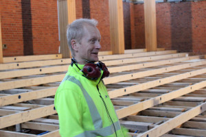 Elektrikern Conny Karlsson har många dragningar och installationer som ska göras - det här är ett jobb som han gillar. Foto: Hans Andersson