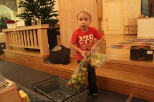 Oskar Ökvist, 5 år, är också med och hjälper till. Foto: Ida Lindkvist