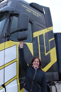 Jessica  åker med i NLF-fordonen så ofta hon kan - det är här hon för delägarsamtalen. Foto: Hans Andersson
