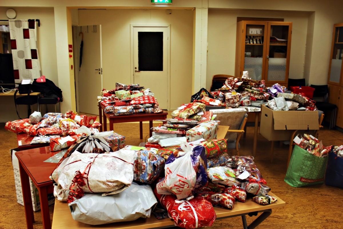Flera hundra paket trängs på borden. Foto: Ida Lindkvist