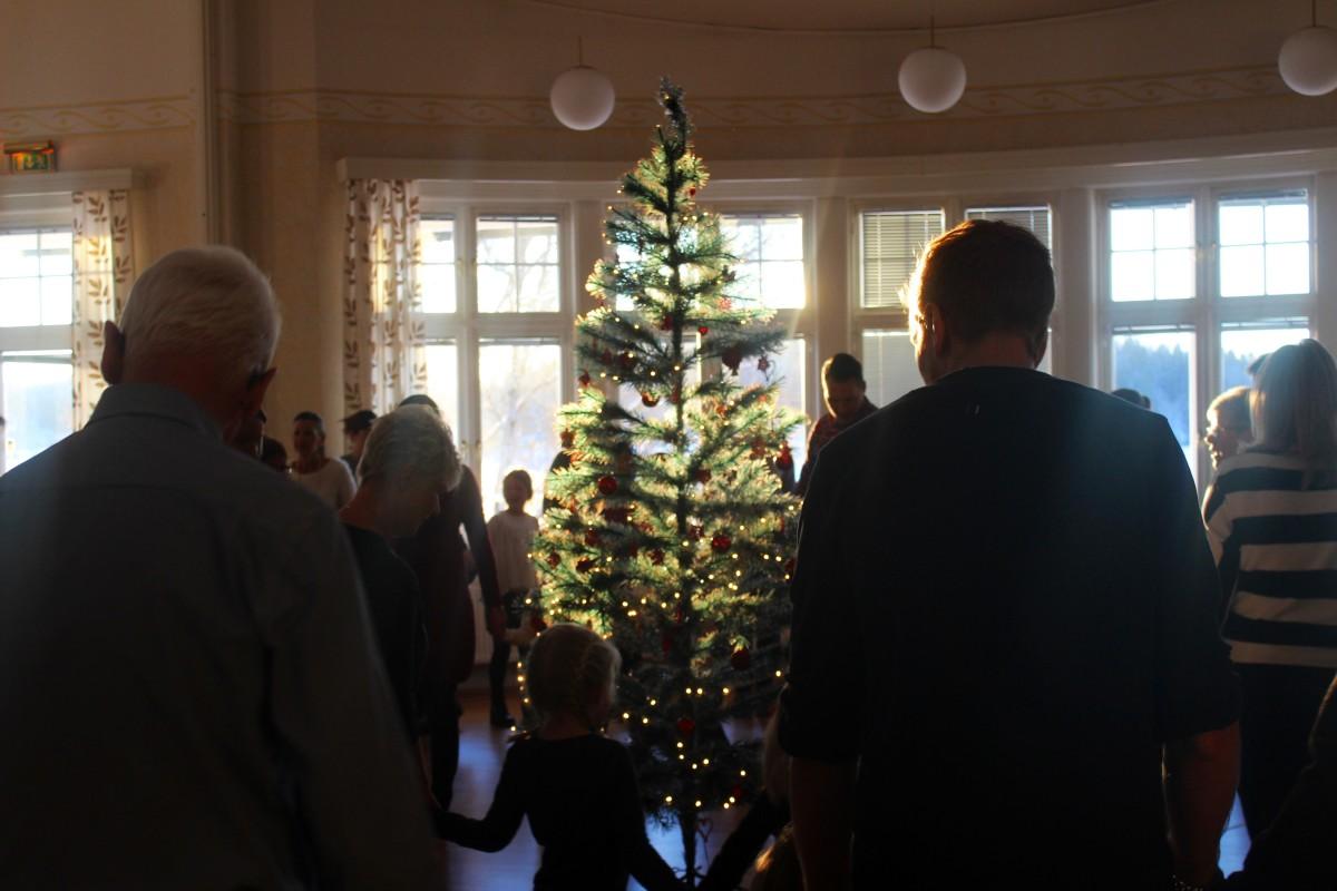 Julgransplundring i församlingshemmet lockade många till dans. Foto: Ida Lindkvist
