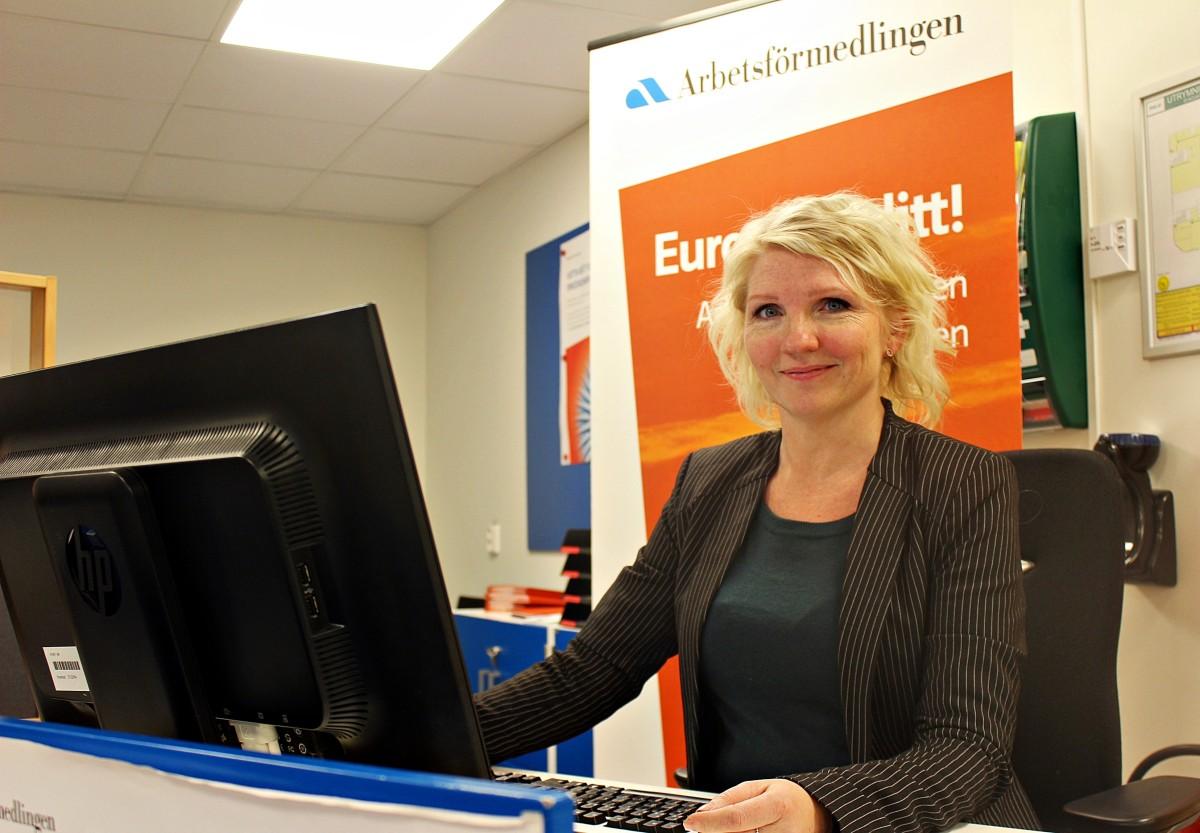 Raili Strömberg, sektionschef vid Arbetsförmedlingen i Lindesberg, informerar om läget.  Foto: Ida Lndkvist