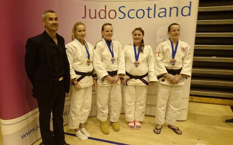 Lina Matérne, tvåa från vänster, tog hem guldet i damernas -78 kilo. FOTO: Frövi Judo