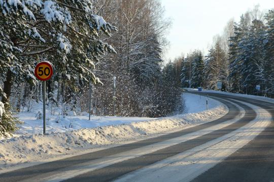Skylten är tydlig - men vilken hastighet är det som gäller egentligen, undrade en trafikant som upplyste Trafikverket om problemet. Foto: Fredrik Norman