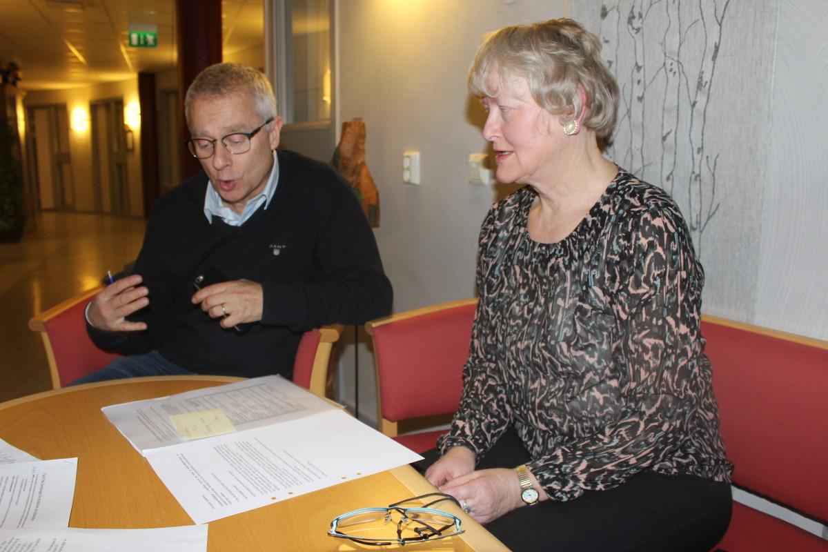 Kommunfullmäktiges ordförande Bengt Storbacka (S) och beredningsledare Christina Pettersson (C) diskuterar enkätens innehåll. Foto: Ida Lindkvist