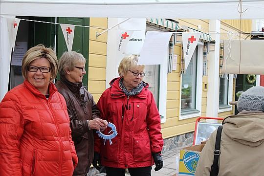 Medlemmar från Röda Korset utanför deras nuvarande lokal. Akrivfoto