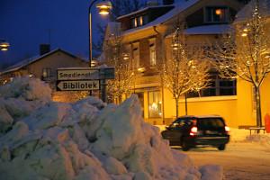 Snöhögarna i vissa korsningar innebär kraftigt försämrad sikt för trafikanterna. Foto: Fredrik Norman