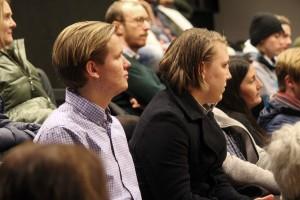 Marcus Engström, närmst i bild, hade flera frågor på lager. Foto: Ida Lindkvist