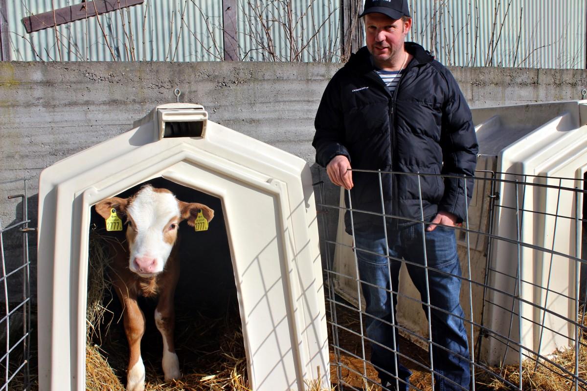 Andreas tillsammans med en blivande mjölkproducent. Foto: Ida Lindkvist