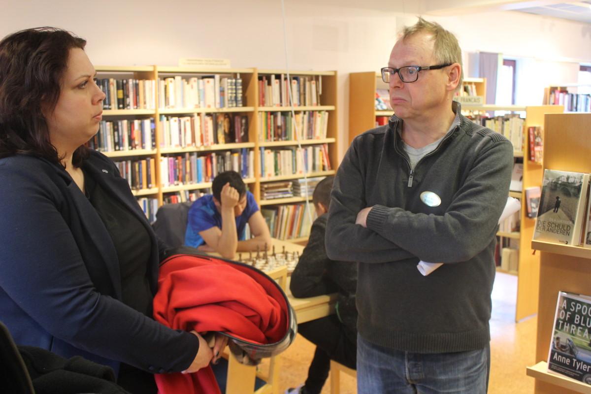 Christina Örnebjär (L) och bibliotekets Per Andersson. Foto: Ida Lindkvist