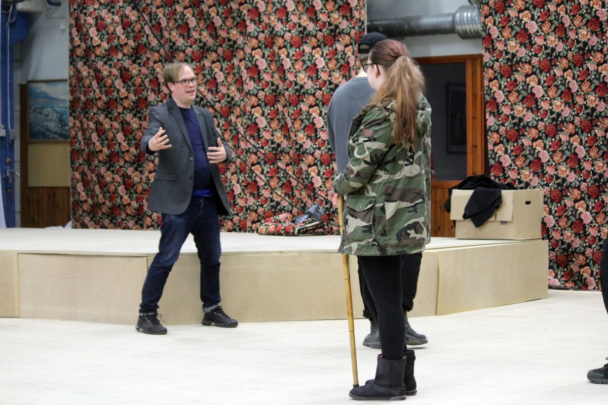 Stefan Jansson guidar eleverna. Foto: Ida Lindkvist