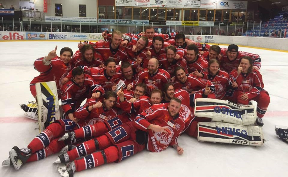 Överlyckliga spelare firade igår kväll platsen i HockeyAllsvenskan. FOTO: Västervik IK