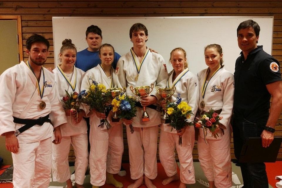 Samtliga sex SM-medaljör på bild tillsammans med tränarna Sebastian Fagerhill och Peter Andersson. FOTO: Frövi Judo