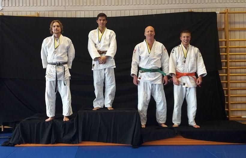 Några av medaljörerna från lördagens KM radar upp sig på podiet. FOTO: Frövi Judo