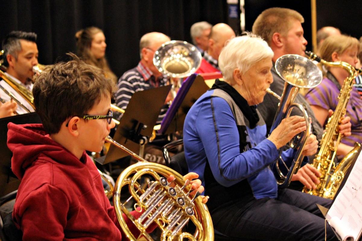 Alla åldrar deltar i konserten. Foto: Ida Lindkvist