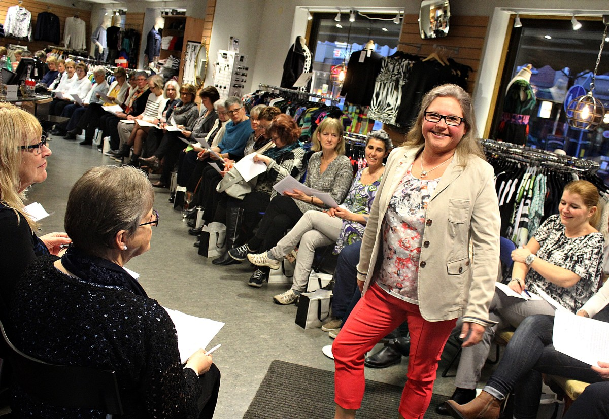 Jeanette Andersson visar upp en outfit för fullsatt modeintresserad skara. Foto: Ida Lindkvist