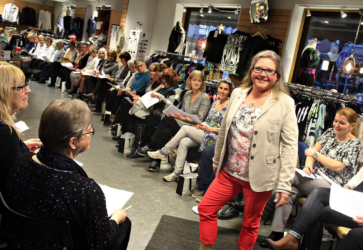 Jeanette Andersson visar upp en outfit för fullsatt modeintresserad skara. Foto: Ida Lindkvist