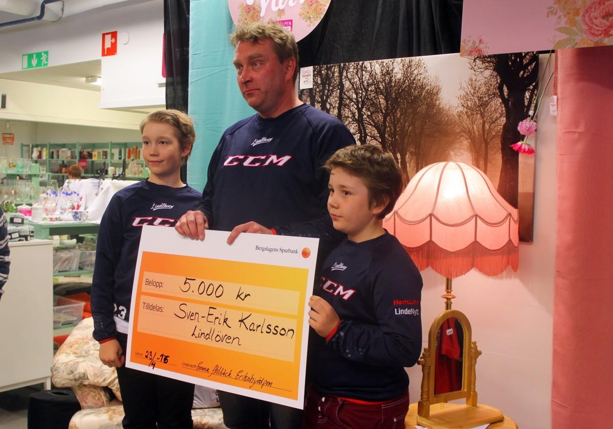 Svenne tillsammans med sina stolta, ishcokeyspelande söner Malte Martinsson, 9 år, och Albin Martinsson, 12 år. Foto: Ida Lindkvist