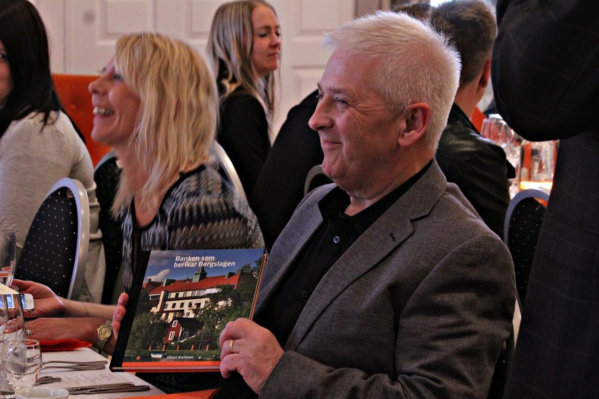 """Göran Karlsson med  """"bankboken"""". Foto: Ida Lindkvist"""