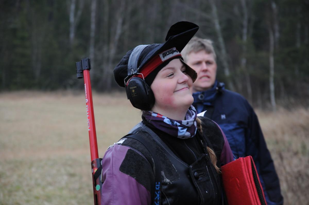 En leende Ella fick ta emot sin andra raka guldmedalj. FOTO: Josefin Warg, Svenska Skyttesportförbundet