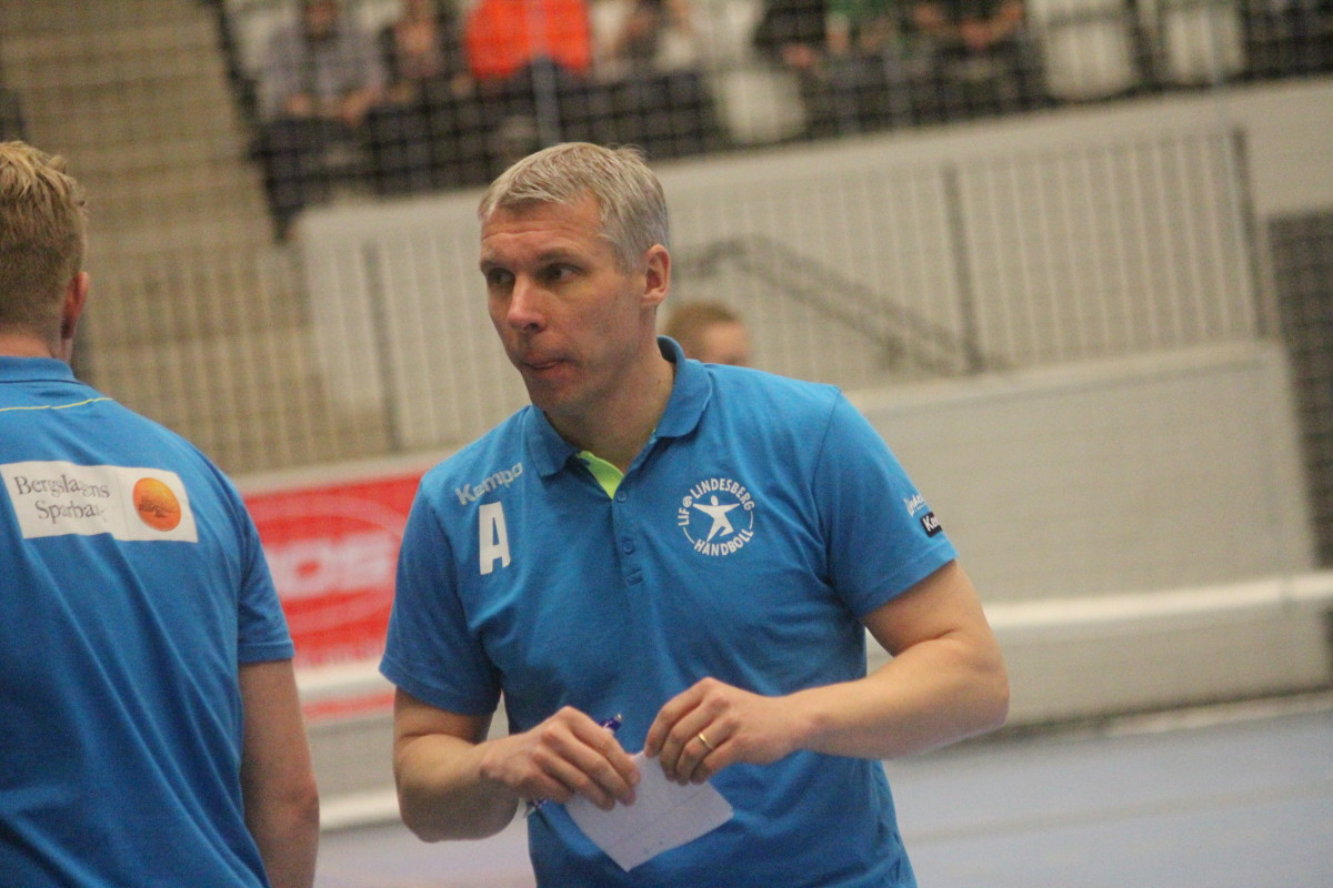 Söndagens match blev Herman Arenvangs sista på LIF Lindesbergs tränarbänk. FOTO: Hannes Feldin