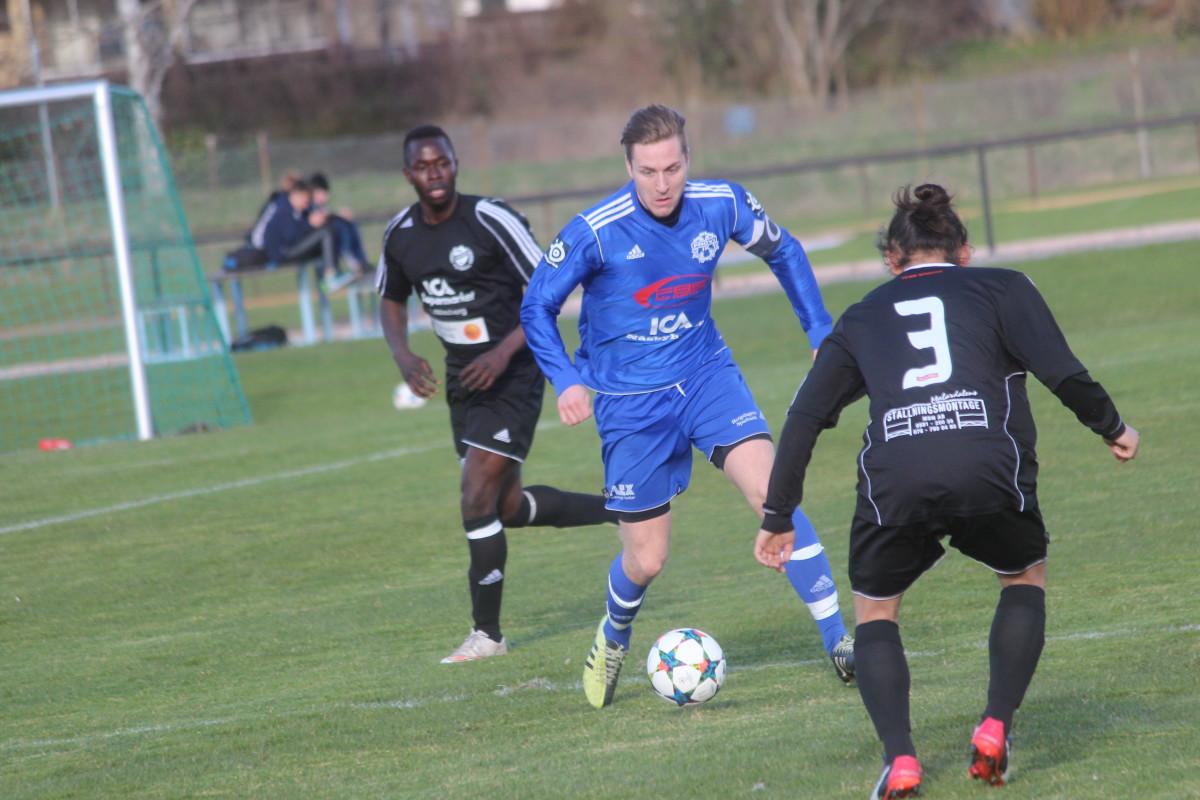 På ett soligt Fröjevi IP vann Frövi över den lokala rivalen IFK Lindesberg. FOTO: Hannes Feldin