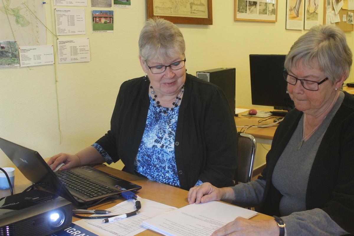Anna-Lena Hultman (t.v) hjälper Ann-Charlotte Laudon-Tegerhult med sin släktforskning. Foto: Ida Lindkvist