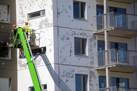 Mängder av blemmor har upptäckts på det ena höghusets fasad, som nu måste målas om. Foto: Fredrik Norman