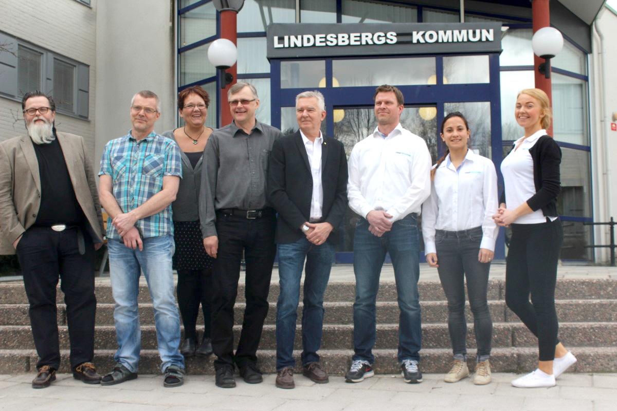 Christer Kallin, Anders Widegren, Irja Gustavsson (S), Jonas Kleber (C), Fibergruppens Daniel Ajax, Veronica Bäckström och Jennie Lindholm. Foto: Ida Lindkvist