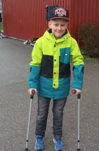 William kämpade på med kryckor. Foto: Ida Lindkvist