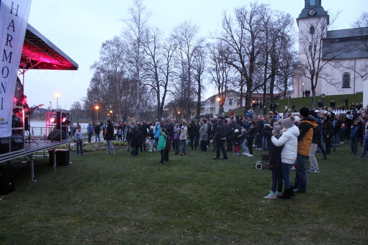 Många kom till Oscarsparken för Valborgsfirande. Foto: Ida Lindkvist