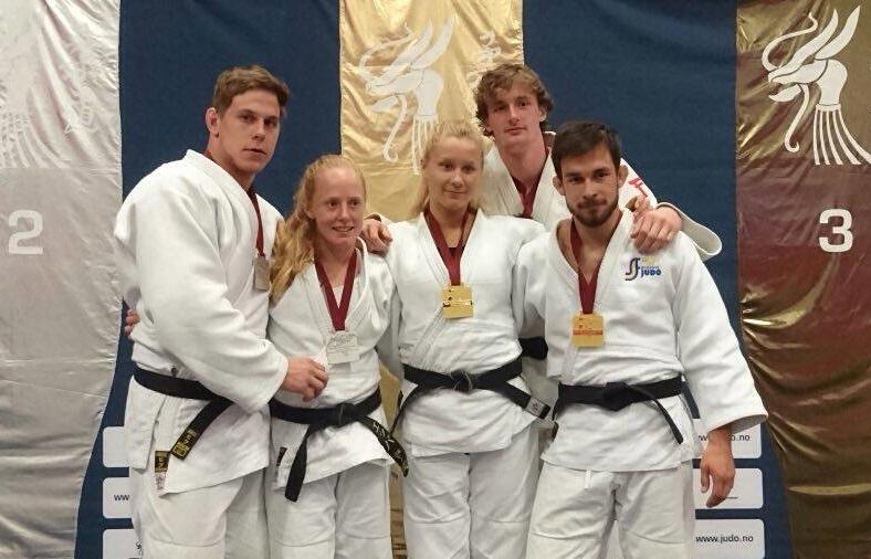 """Söndagens medaljörer """"Jonis"""" Fagerhill, Ebba Glaas, Lina Matérne, Martin Nilsson och Frederik Gourlay. FOTO: Frövi Judo"""