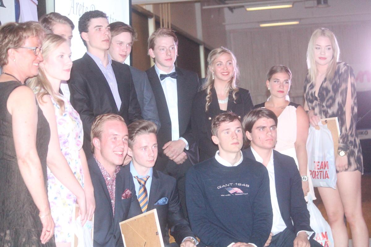 """Pristagarna i kategorin """"Årets prestation"""" poserade glatt på scenen med sina diplom. FOTO: Hannes Feldin"""